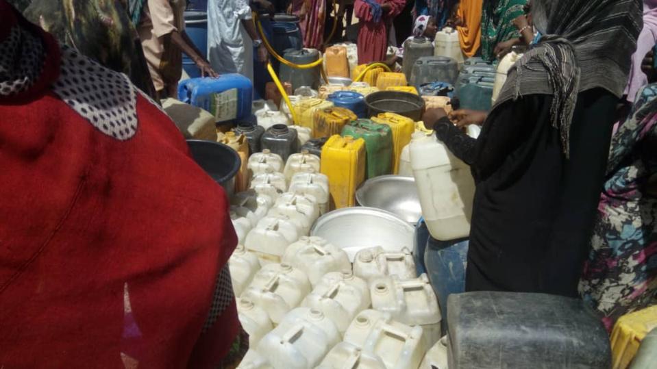 Des familles attendent le remplissage gratuit de bidons d'eau à Abéché. © Alwihda Info