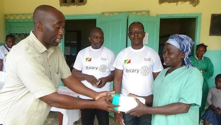 Les membres du Rotary distribuant les médicaments.