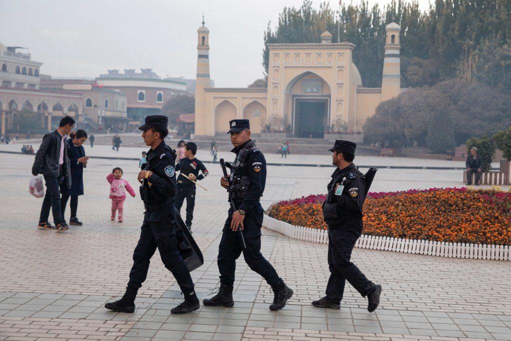 Des forces de sécurité patrouillent près de la mosquée Id Kah, au Xinjiang, en 2017. La Chine a endommagé d'autres mosquées aux alentours. (© Ng Han Guan/AP Images)