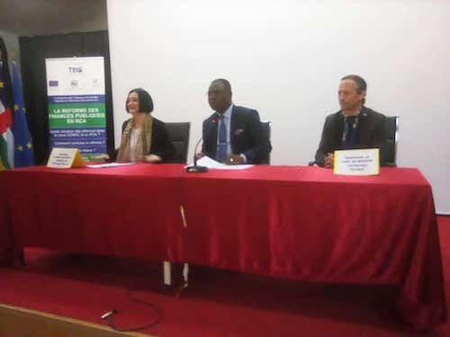De gauche à droite : La cheffe de délégation de l'Union européenne en Centrafrique, Samuela Isopi, le ministre centrafricain en charge des finances et du budget, Henri Marie Dondra et le chef de projet TBSI, Gildas Henou. © A-J.M.