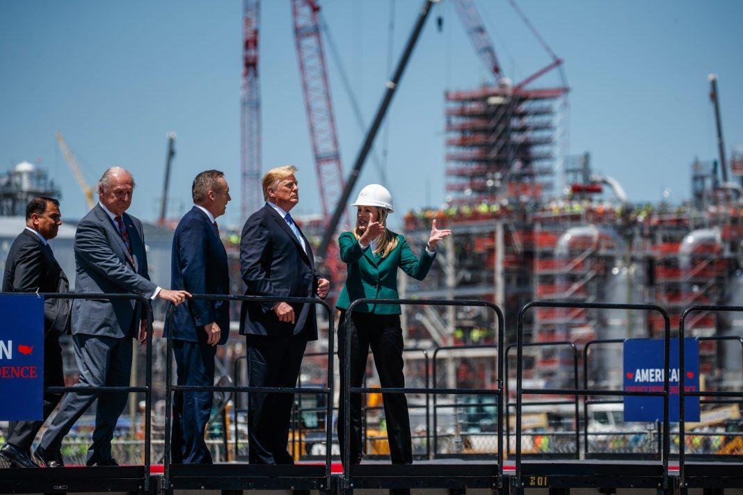 Le président Trump visite une installation d'exportation de gaz naturel liquéfié à Cameron, en Louisiane, le 14 mai. (© Evan Vucci/AP Images)