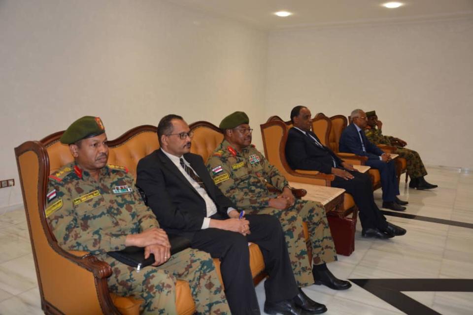 La délégation soudanaise accueilli lundi à l'aéroport de N'Djamena. © MAE
