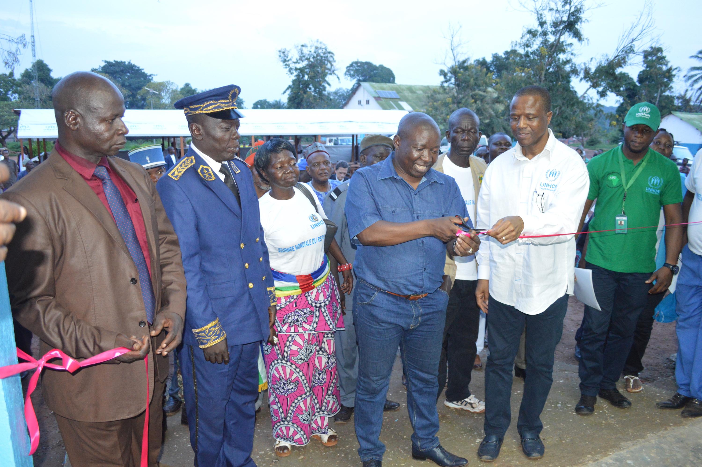 Coupure du ruban inaugural du pavillon hospitalier par le ministre de l'Intérieur et de la Sécurité publique. © A-J.M