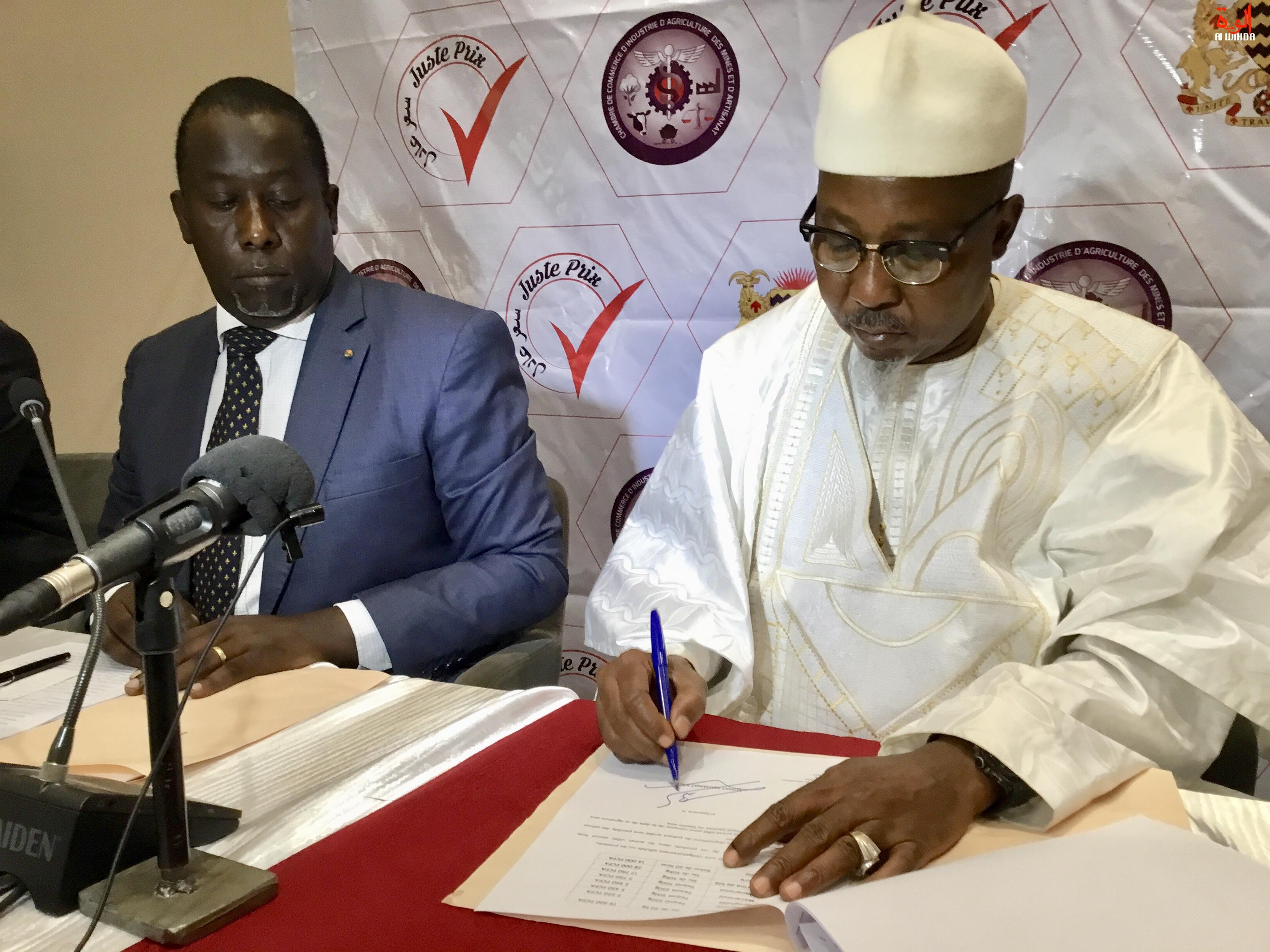 Tchad : le ministre Ahmat Bachir signe l'arrêté fixant les prix des aliments, le 22 juin 2019 à N'Djamena. © Alwihda Info