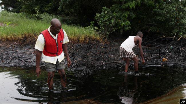 En 2010, une fuite de pétrole de la société Shell avait touché le Nigeria. (AP Photo/Sunday Alamba, FILE)