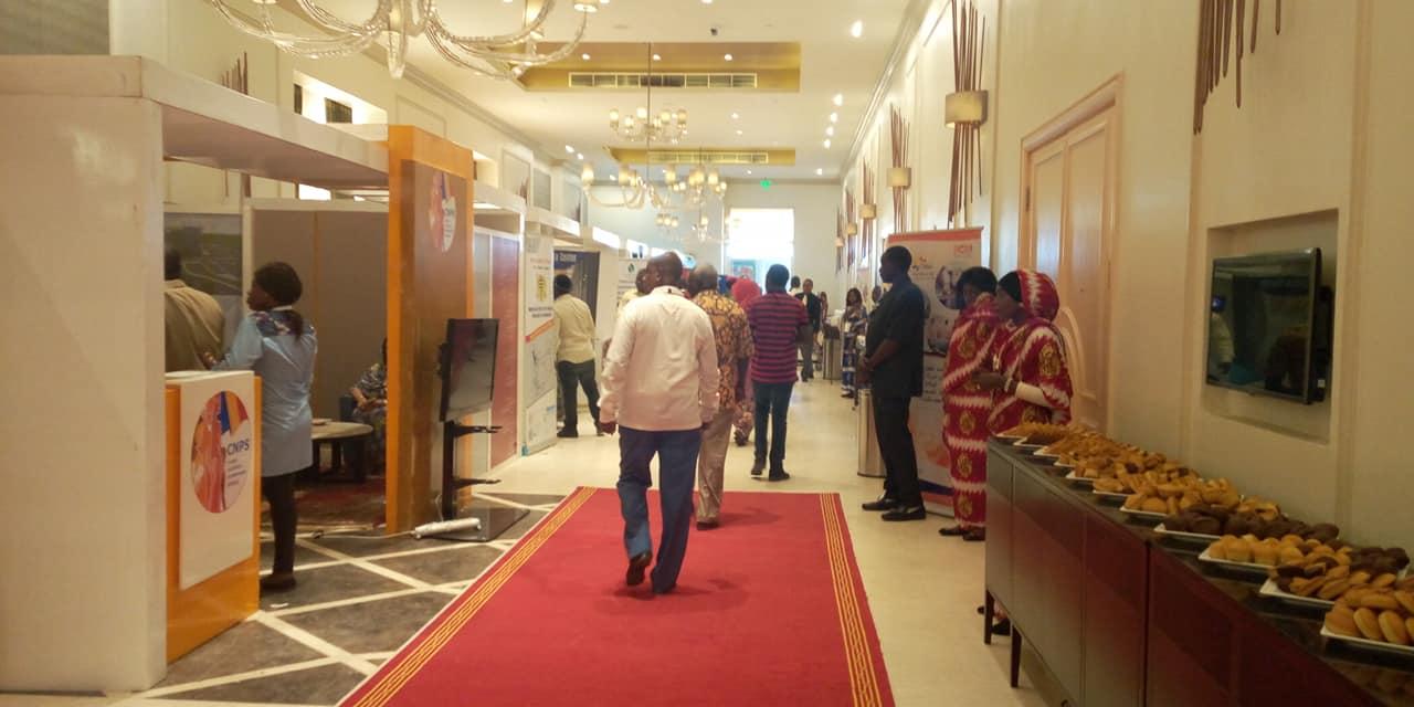 Le hall du Hilton Hôtel à N'Djamena, où sont exposés les stands d'opérateurs économiques, le 26 juin 2019. © DR/I.C.