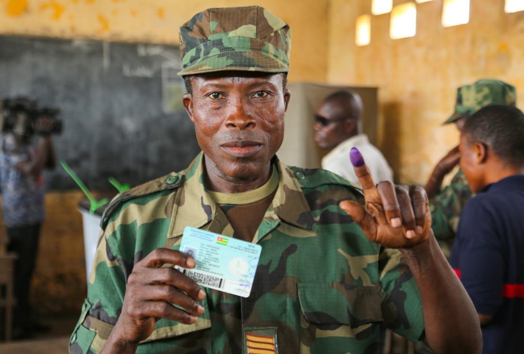 Un militaire togolais dans un bureau de vote. © DR