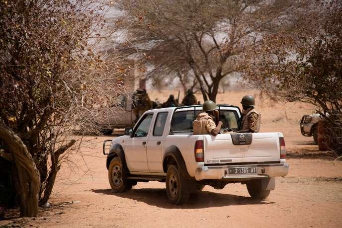 Lors d'une opération de recherches de groupes armés terroristes, dans le nord du Burkina Faso, à la frontière avec le Mali, le 6 mars 2016. © Sophie Garcia/Hans Lucas