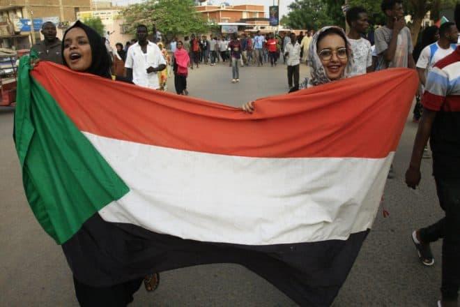Des manifestantes brandissent le drapeau soudanais, à Khartoum, le 30 juin 2019© AFP/Archives Ebrahim Hamid