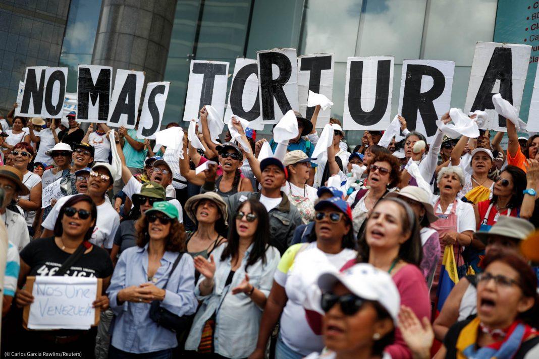 Le 5 juillet, des manifestants brandissent des pancartes qui forment le message « Fin à la torture » lors d'un rassemblement contre Nicolas Maduro et ses acolytes à Caracas, au Venezuela. (© Carlos Garcia Rawlins/Reuters)