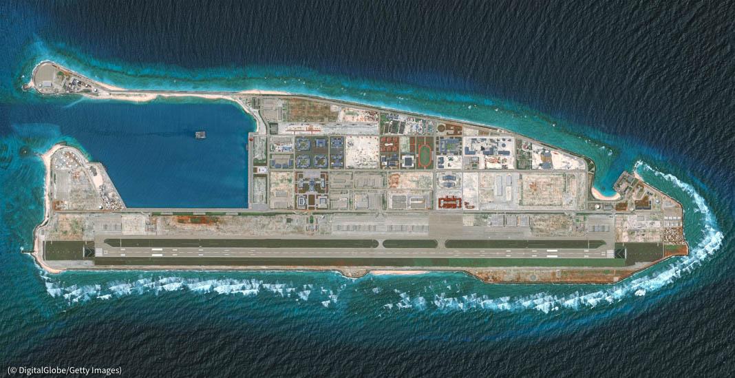 Le récif de Fiery Cross, situé dans les îles Spratly en mer de Chine méridionale, est l'un des nombreux récifs construits et militarisés par la Chine. (© DigitalGlobe/Getty Images)