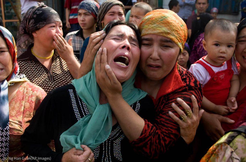 Des femmes ouïgoures affligées suite à une série d'arrestations à Xinjiang, en Chine. (© Ng Han Guan/AP Images)