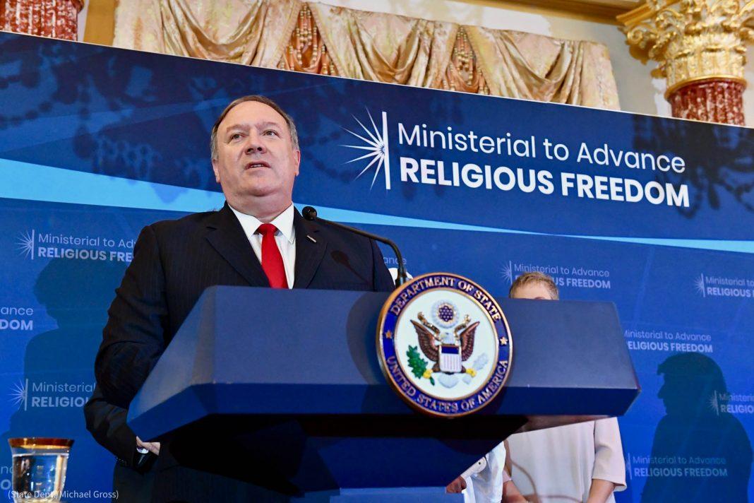 Le secrétaire d'État, Mike Pompeo, rend hommage aux lauréats de la première édition de remise des prix de la liberté religieuse dans le monde. (Département d'État/Michael Gross)