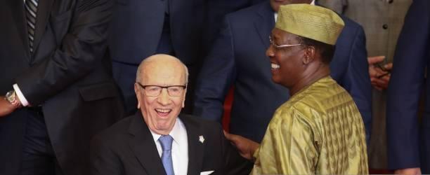 L'ex-président tunisien Beji Caid Essebsi et le président tchadien Idriss Deby lors d'une photo de famille. © Getty Images
