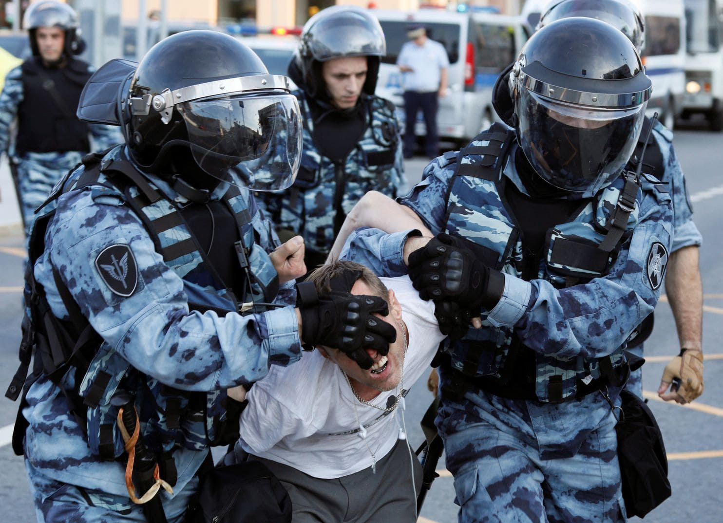 Des membres des forces de l'ordre arrêtent un participant à un rassemblement appelant les candidats de l'opposition à s'inscrire à la Douma de Moscou, le parlement régional de la capitale, à Moscou (Russie) le 27 juillet 2019. REUTERS / Chamil Zhumatov (Chamil Zhumatov / Reuters)