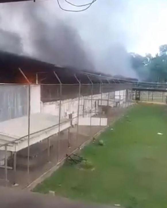 La prison en feu au Brésil. © Twitter