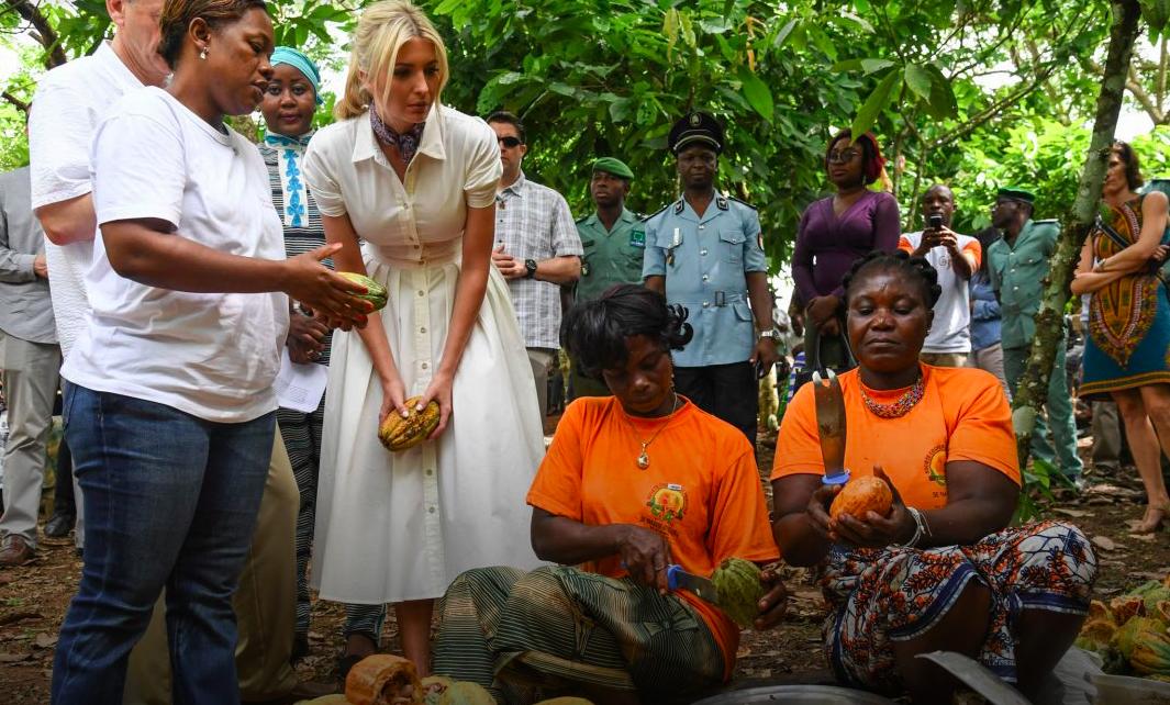 Ivanka Trump (au centre, en robe blanche), la conseillère à la Maison Blanche, fait la rencontre de femmes en Côte d'Ivoire, en 2019. Ce pays fait partie des 22 bénéficiaires d'un programme de développement pour les femmes. (© Jacquelyn Martin/AP Images)
