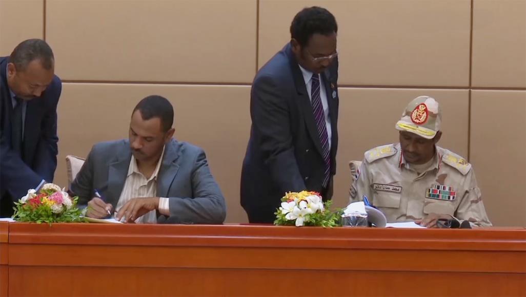 Signature d'un accord de sortie de crise à Khartoum entre les protagonistes, le 4 août 2019. © DR/AJ