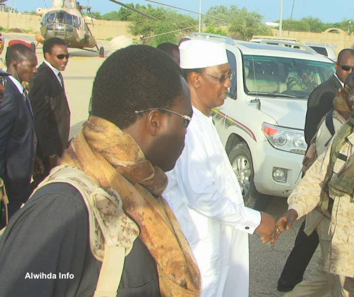 Le président Idriss Déby serre la mains d'officiers à l'aéroport D'Abéché, le 18 août 2019. © Alwihda Info