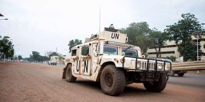 Un véhicule de la Minusca patrouille dans le quartier PK5 de Bangui, le 8 avril 2018. FLORENT VERGNES / AFP