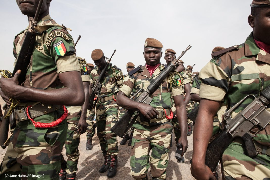 Des soldats sénégalais participent à une formation annuelle à la lutte antiterroriste, à Thiès, au Sénégal, en 2016. (© Jane Hahn/AP Images)