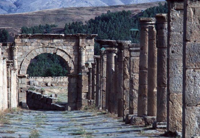 Porte de la ville de Djémila, cité antique romaine en Algérie, inscrite au patrimoine mondial de l'UNESCO, en 1982. (© DeAgostini/Getty Images).