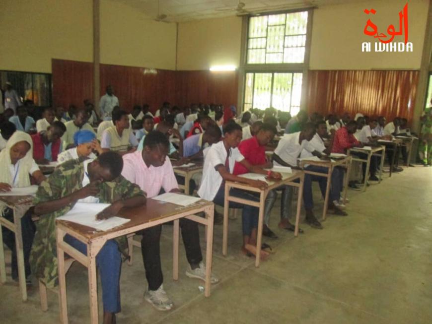 Des élèves composent un examen dans une salle de classe au Tchad. Illustration. © Alwihda Info