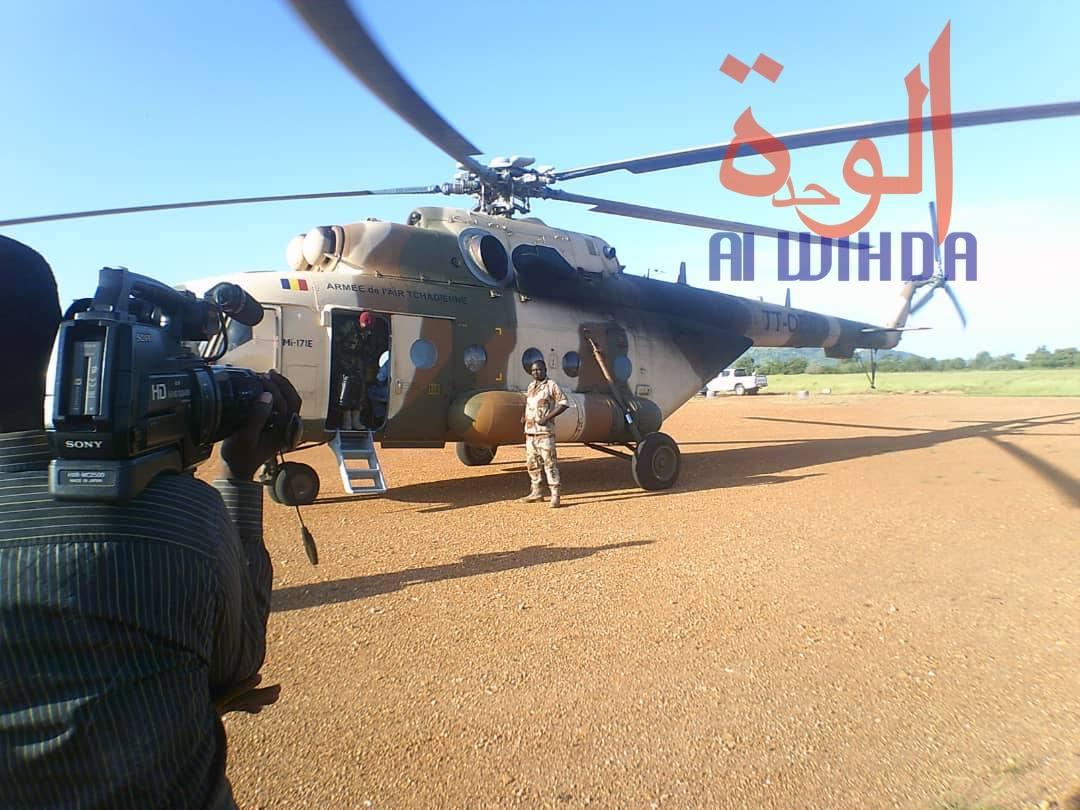 Un hélicoptère militaire transportant le ministre de l'Administration du territoire et des Collectivités territoriales décentralisées, Mahamat Ismael Chaïbo, lors d'un déplacement à Goz Beida en 2019. Illustration. © Alwihda Info