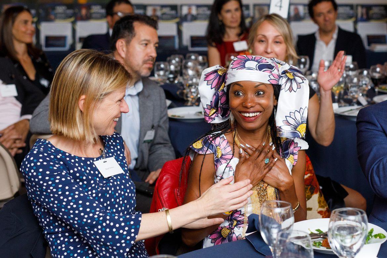 Hindou Oumarou Ibrahim réagit à l'annonce du prix sous le regard de Magali Delmas (à gauche), professeur à l'UCLA. © Jonathan Young/UCLA