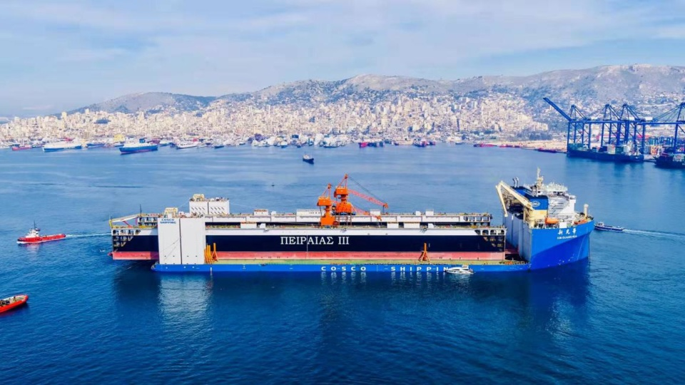 "The specialized cargo ship ""XIN GUANG HUA"" of COSCO Shipping, carrying the ""Piraeus III"" floating dock made by China, arrives at the Port of Piraeus. (Photo from COSCO SHIPPING Lines (Greece) S.A.)"