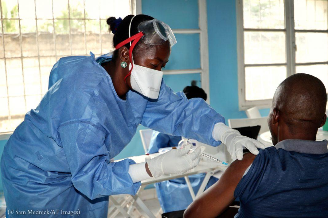 En République démocratique du Congo, un travailleur humanitaire se fait vacciner contre Ebola en mai 2018. La société pharmaceutique américaine Merck a obtenu la première autorisation de mettre sur le marché un vaccin contre ce virus. (© Sam Mednick/AP Images)