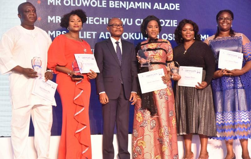 Olakunle Alake (3ème à gauche), directeur général du groupe Dangote Industries Limited, pose avec les lauréats du Long Service Award décerné à Dangote Industries Limited pendant 10 ans; Oluwole Benjamin Alade (à gauche); Olayinka Bolanle Akinola (2e à gauche); Directeur exécutif du groupe, Opérations commerciales du groupe, Dangote Industries Limited, Halima Dangote (3ème à droite); Uchechukwu Chielozie (2e à droite) et Juliet Oshagbemi, responsable de l'apprentissage et du développement de groupes à l'Académie Dangote, de Dangote Industries Limited, lors de la cérémonie du 2019 Long Service Award qui s'est tenue à Lagos le mercredi 27 novembre 2019. © Dangote Group