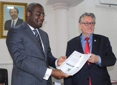 Le secrétaire d'Etat en charge de la gendarmerie nationale, Galax Etoga (à gauche) et le chef de la délégation régionale pour l'Afrique centrale du Comité International de la Croix-Rouge (CICR), Markus Brudermann (à droite).