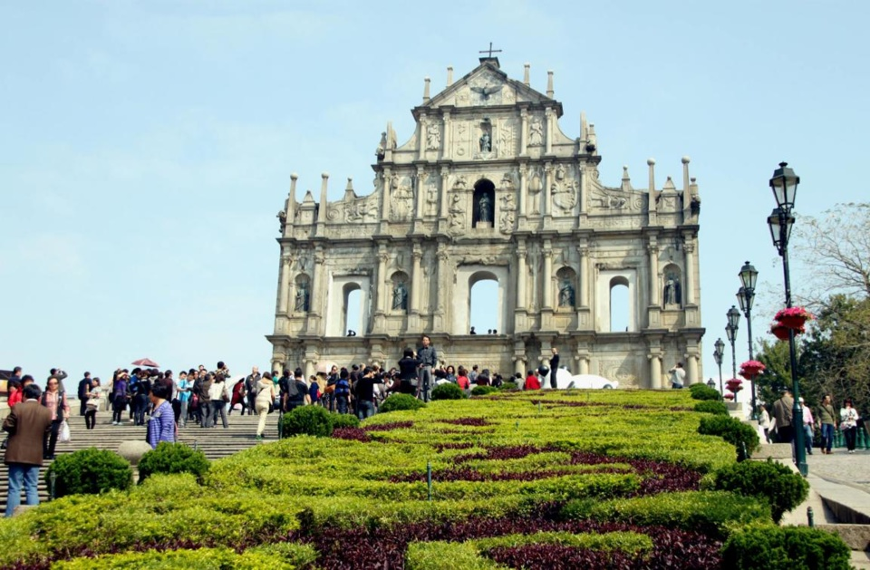 Tourists go sightseeing at the Ruins of St. Paul's, a world cultural heritage site in Macao. (Photo by Zhou Songlin)