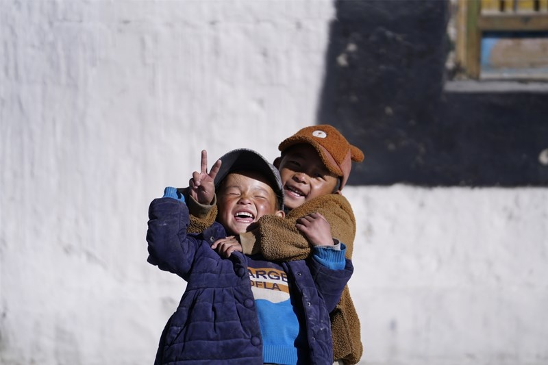 The picture shows the children in the small town Gangga at the foot of Mount Everest playing. (Photo by Xu Yuyao from People's Daily)