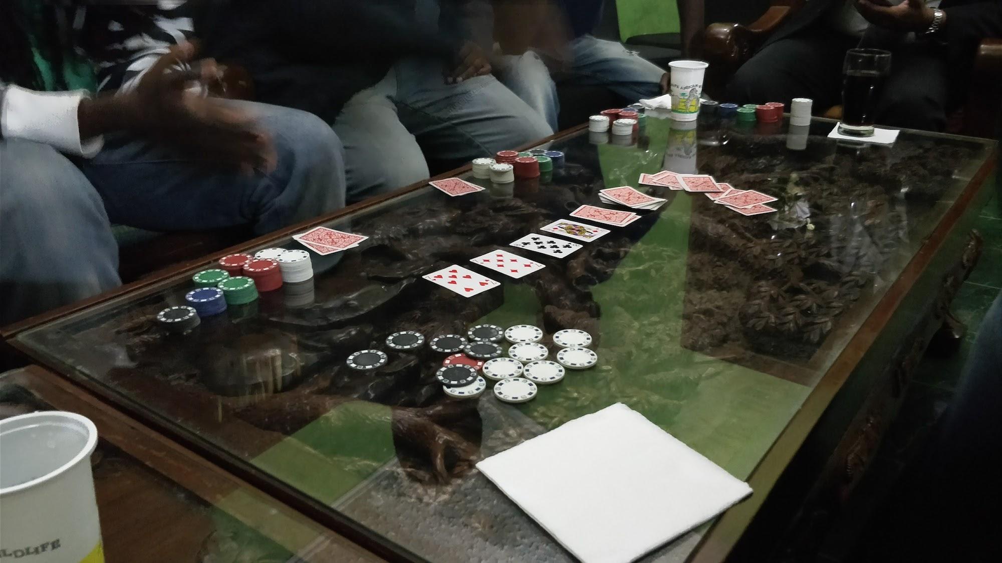 Légende : Pour l'instant, le poker ne peut se jouer qu'entre amis