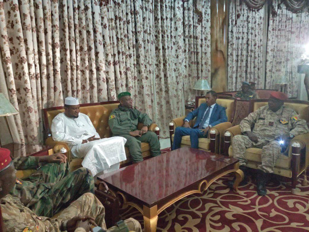 Le général Mahamat Abali Salah a été accueilli lundi 30 décembre 2019 à l'aéroport par son homologue malien. © DR/Min. Déf.