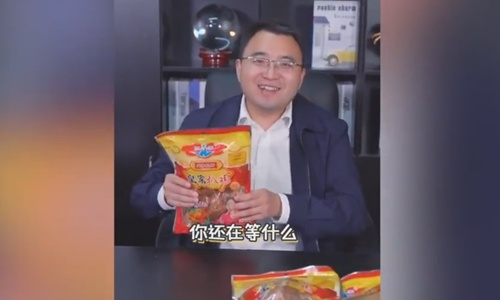 Wang Shuai, a vice leader of Shanghe county in Jinan, East China's Shandong Province gains 220,000 followers after his fast-taking pitch that helped a local company sell more than 6,000 chickens online. Screenshot from Pear Video