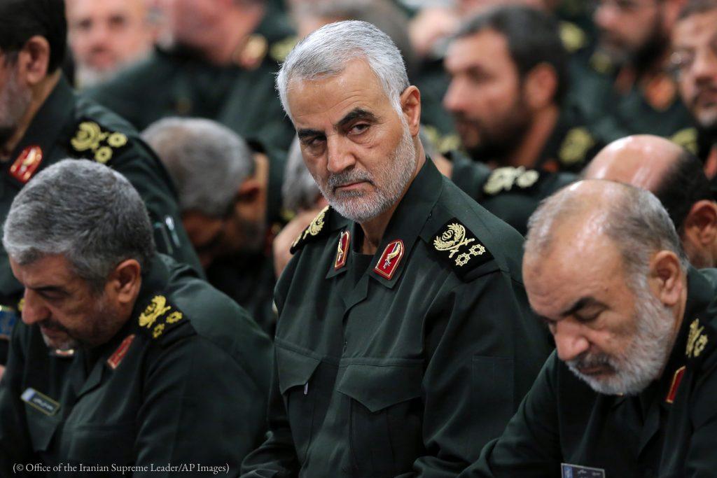 Le général Qassem Soleimani (au centre), le chef de la force d'élite Al-Qods de l'Iran, assiste à une réunion le 18 septembre 2016 à Téhéran. (© Office of the Iranian Supreme Leader/AP Images)