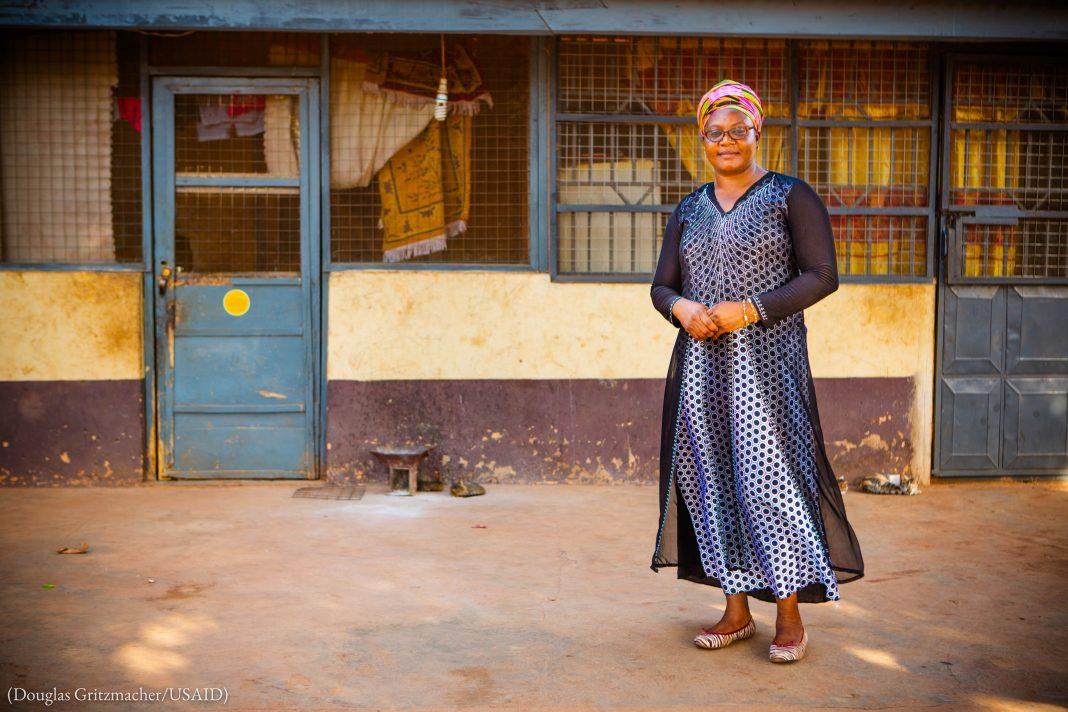 L'entrepreneure Rita Dampson aide les Ghanéennes des zones rurales à transformer les noix de karité en beurre pour ensuite l'exporter. (Douglas Gritzmacher/USAID)