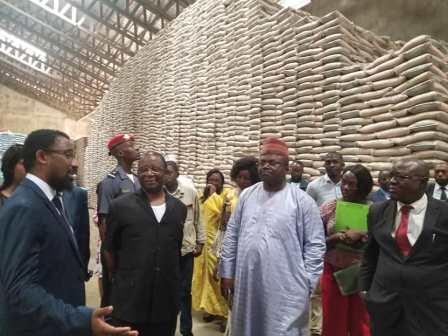 Le ministre du Commerce  (au centre), récemment  dans un magasin de stockage à Douala.