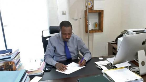 Mahamat Hamid Koua, ministre du Pétrole, des Mines et de l'Énergie signant le cadre du programme de pays (CPF) du Tchad pour la période 2019-2023. (© Mbodou Alifei / Agence tchadienne de radioprotection et de sécurité nucléaire).