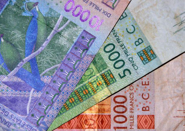 Des billets de banque de 1000, 5000 et 10000 francs CFA. © MTCURADO VIA GETTY IMAGES
