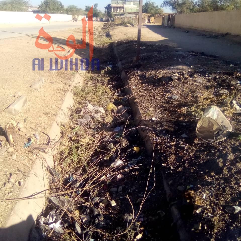 Un canal de drainage obstrué à Abéché, chef-lieu de la province du Ouaddaï. © Abba Issa/Alwihda Info