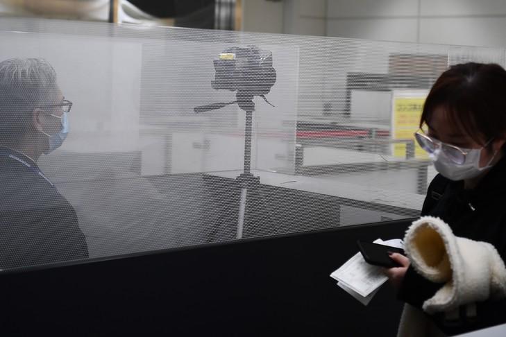 Une passagère d'un vol en provenance de Wuhan, en Chine, passe devant une caméra thermique à l'aéroport Narita de Tokyo, le 23 janvier 2020 au Japon. Illustration. © AFP
