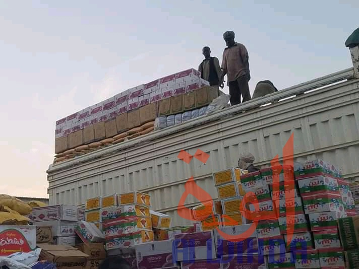 Des commerçants au dessus d'un conteneur à Kerfi, au Sila. © Mahamat Issa Gadaya/Alwihda Info