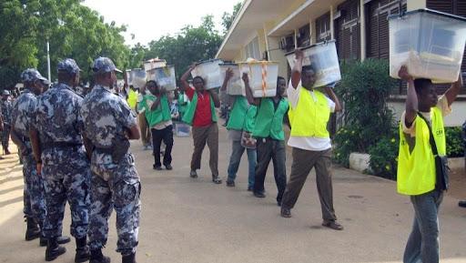 Des membres de la Céni transportant des urnes à Lomé (photo d'illustration). AFP PHOTO / EMILE KOUTON