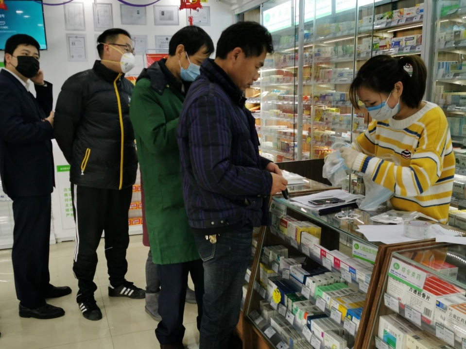 On January 27, 2020, in Shanghai, citizens lined up to buy masks in a pharmacy in Pudong New Area. (Photo by Wang Gang from People's Daily Online)