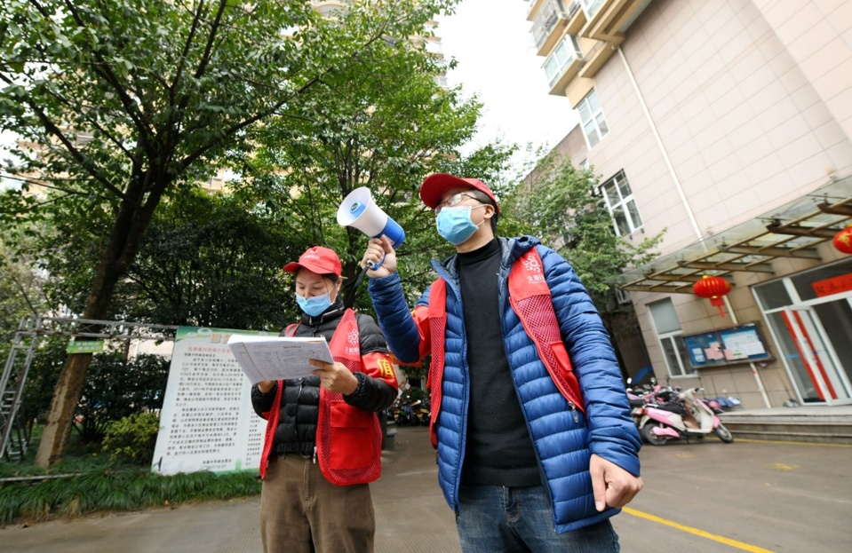 On February 4, 2020, in a community in Nanfeng Street, Xianju County, Zhejiang Province, volunteers are using small speakers to publicize epidemic prevention knowledge. (Photo by Wang Huabin from People's Daily Online)