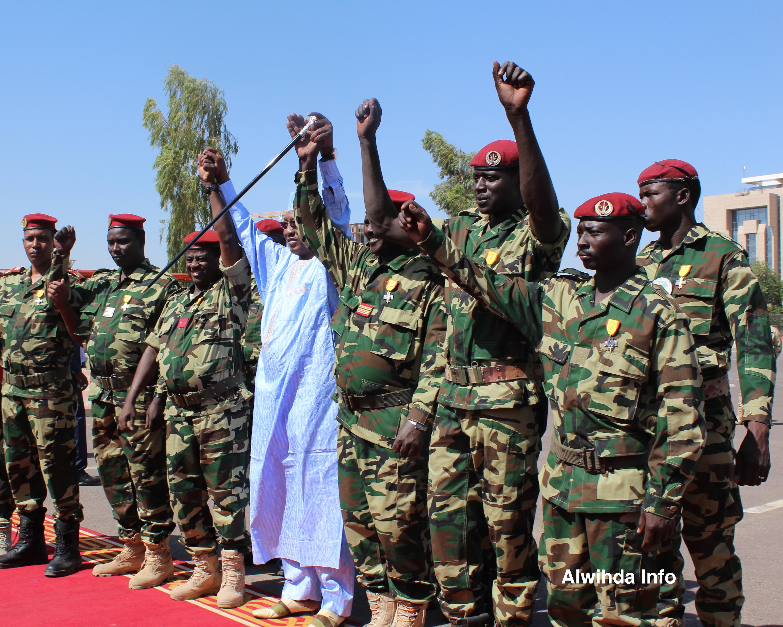 Le président Idriss Déby lors d'une décoration d'officiers des forces armées en 2015. Illustration. © Alwihda Info